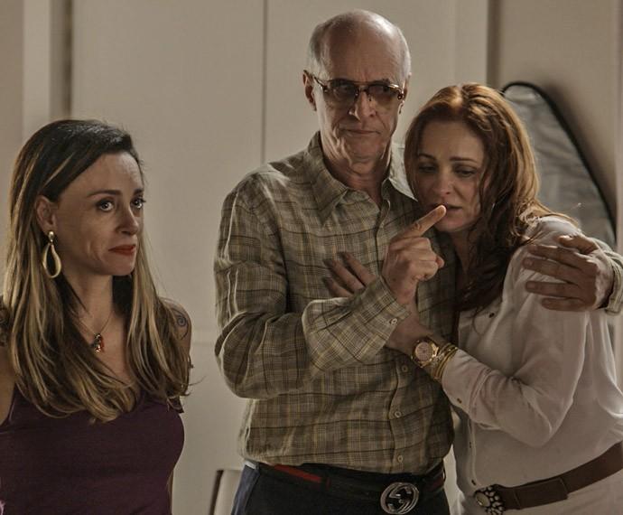 Feliciano ajuda Dalila a se acalmar (Foto: TV Globo)