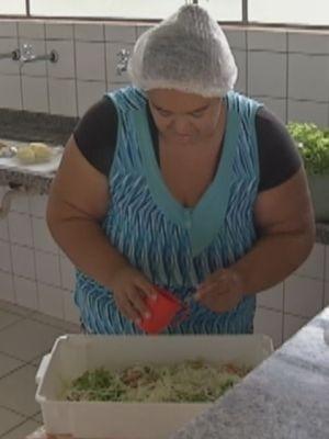 Cozinheira indígena foi contratada para preparar os alimentos  (Foto: Reprodução / TV TEM)