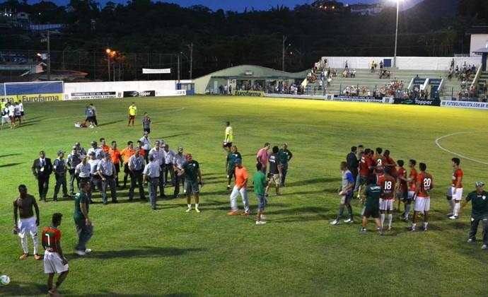 Confusão na partida entre Portuguesa e Grêmio Osasco - Copa São Paulo (Foto: Filipe Rodrigues)