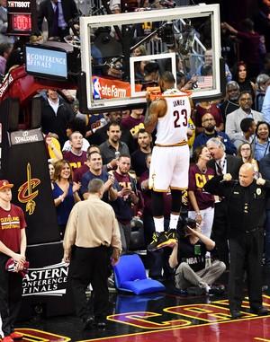 LeBron James entra de cabeça na cesta no aquecimento antes do jogo do Cleveland Cavaliers contra os Celtics (Foto: Getty Images)