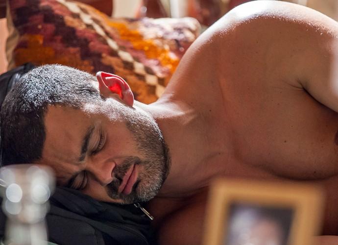 Depois de chegar na casa de Domingas e limpar tudo, o cara dorme em sua cama (Foto: Artur Meninea/ Gshow)