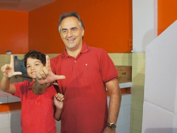 Luciano Cartaxo (PT), candidato à prefeitura de João Pessoa,  votou às 10h (horário local) no bairro Jaguaribe (Foto: Jorge Machado/G1)
