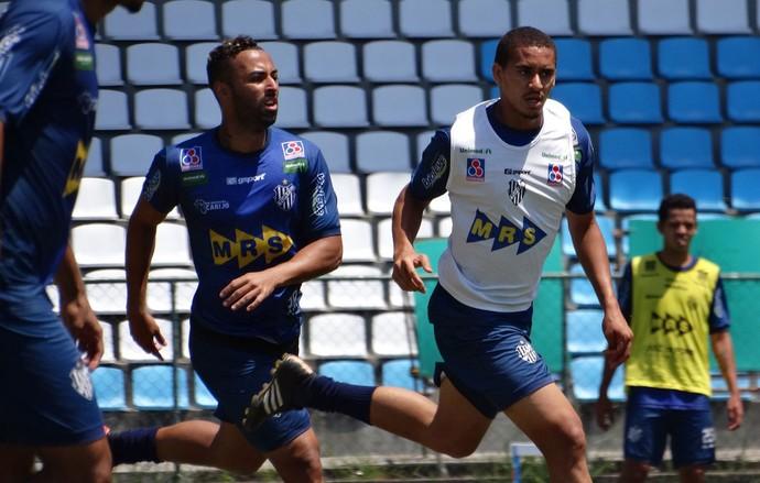 Azul Júnior Paraíba, branco Lula e amarelo Lorran treino Tupi-MG (Foto: Bruno Ribeiro)
