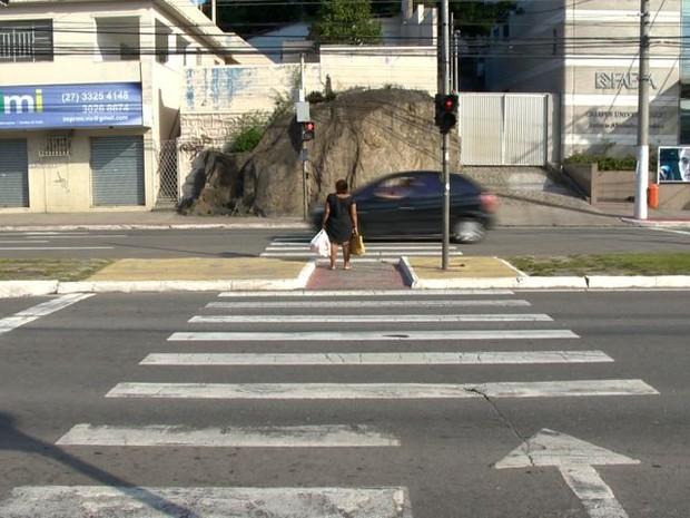 Mulher foi esfaqueada pelo ex na avenida Vitória (Foto: Reprodução/ TV Gazeta)