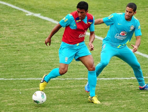 Paulinho, Treino da Seleção Brasileira, CT de Cotia (Foto: Marcos Ribolli / GLOBOESPORTE.COM)