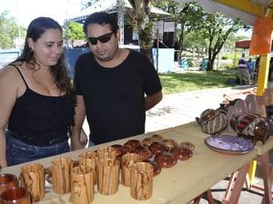 Cássia Evangelista, 21 anos, e Tarso Alexandre, 33 anos, se mostraram empolgados com os artesanatos (Foto: Abinoan Santiago/G1)