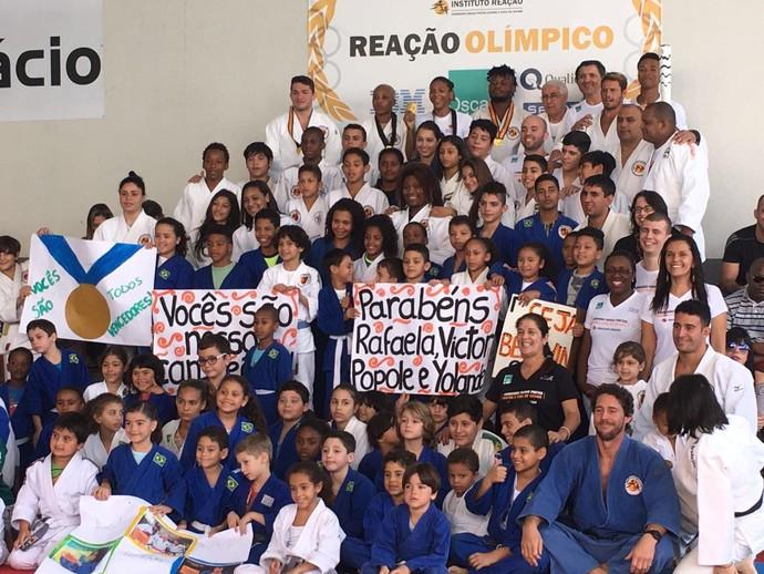 Crianças do Instituto Reação fazem homenagem para atleta (Foto: Amanda Kestelman)