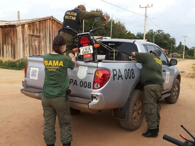 Em Dom Eliseu, agentes do Ibama apreendem motocicleta usada para transportar tatu, animal ameaçado de extinção.  (Foto: Divulgação/Ibama)