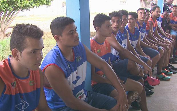 Elenco mesclou jovens da base com jogadores mais experientes (Foto: Reprodução TV Acre)