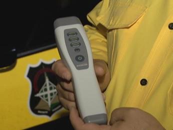 Bafômetro passivo é testado em blitzen do Detran-DF (Foto: TV Globo/ Reprodução)