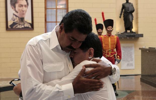 Nicolas Maduro abraça o ex-jogador argentino Diego Maradona, que foi demosntrar apoio pela campanha chavista, nesta sexta-feira (12), em Caracas  (Foto: Reuters)