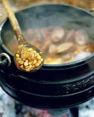Receitas preparadas sobre brasas, em caldeirões com pés (chamados de potjies pots), são tradicionais na África do Sul. Mas este cozido de porco com feijão e vinho tinto também rende uma refeição memorável, feita no fogão convencional (Foto: StockFood / Gallo Images Pty Ltd.)