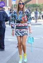 Look do dia: Anna Dello Russo usa modelito coloridíssimo em Milão