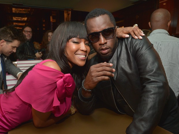 Naomi Campbell e Sean Combs em evento em Los Angeles, nos Estados Unidos (Foto: Charley Gallay/ Getty Images/ AFP)