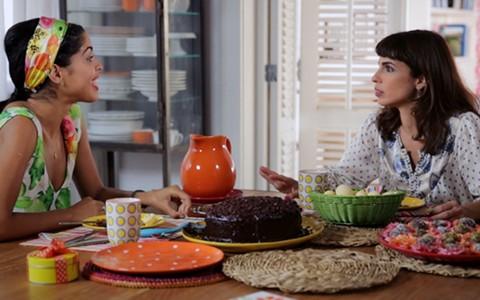 Bela Gil ajuda a amiga Maria Ribeiro a preparar quitutes para uma festa infantil