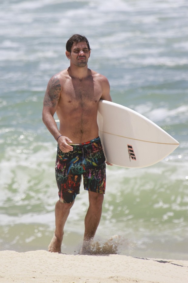 Juliano Cazarré surfa na praia da Macumba (Foto: Dilson Silva / Agnews)