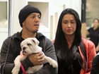 Gracyanne Barbosa e Belo passeiam com cachorro em shopping