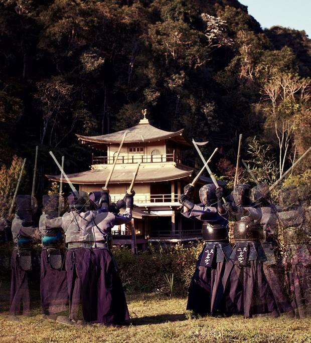 Praticantes de kenjutsu no interior de São Paulo: por trás das armaduras e espadas de bambu, algumas centenas de horas de treino duro (Foto: Victor Affaro)