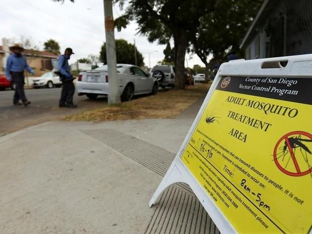 Equipes passam spray em bairro onde um caso de zika foi confirmado em San Diego (Foto: Mike Blake/Reuters)