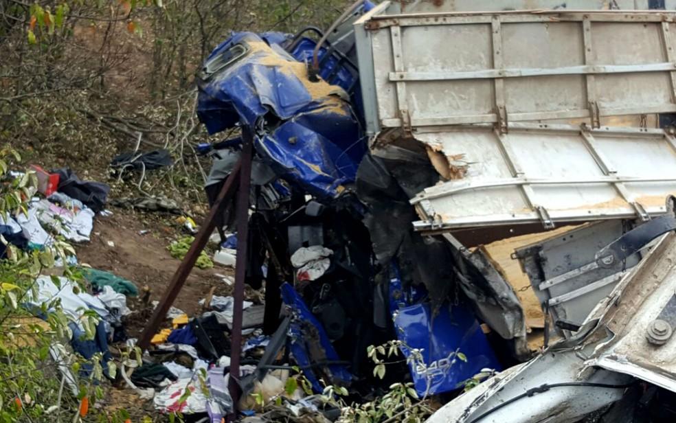 Cabine de caminhão ficou destruída após acidente na BR-242, na altura de Seabra (Foto: Guilherme Maciel/ Blog do Braga)