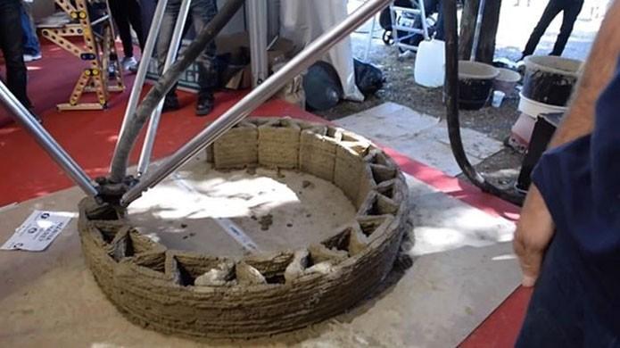 Camada por camada, impressora deposita o material que formará a casa (Foto: Reprodução/Ubergizmo)