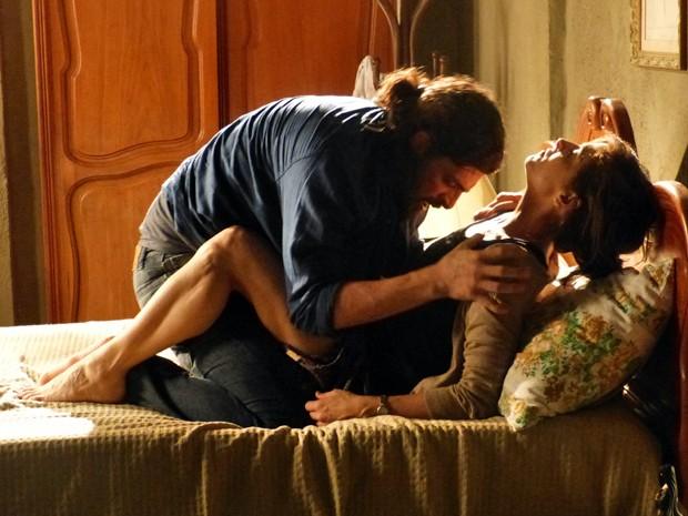 Cora vai parar na cama com Jairo (Foto: TV Globo)