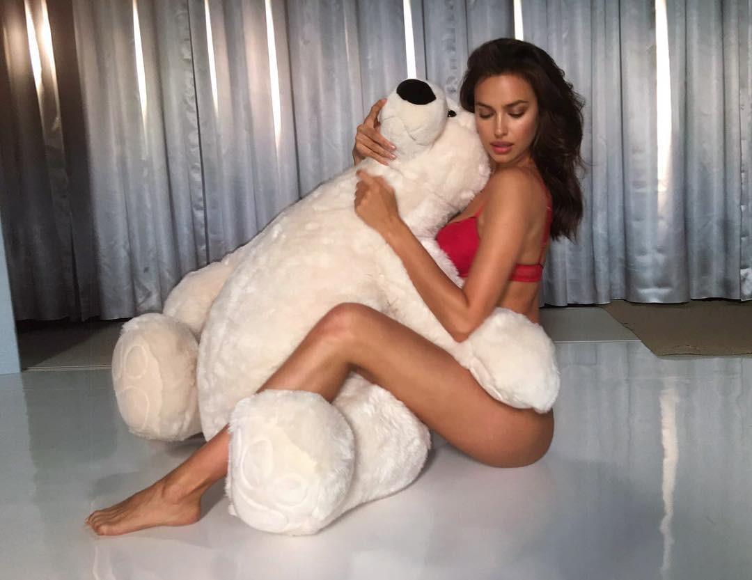 Irina Shayk e sua pelúcia gigante (Foto: Reprodução)