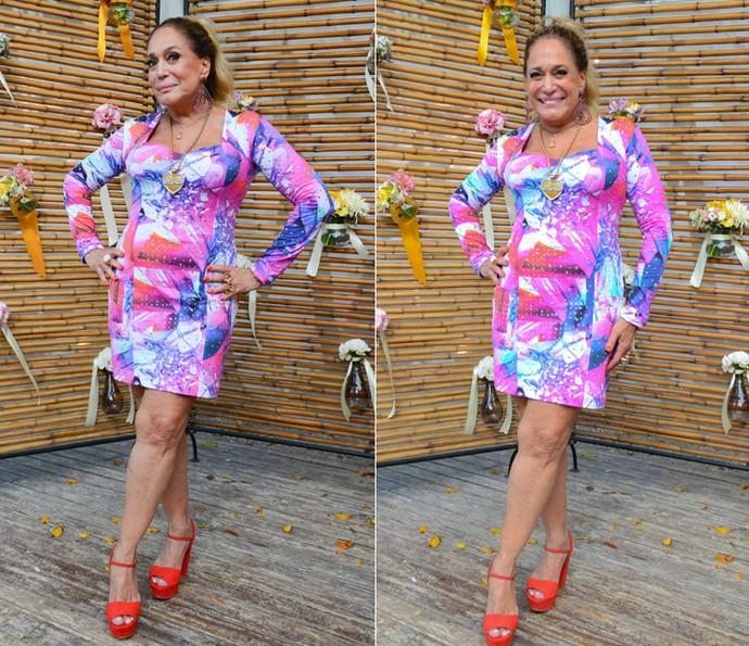 Adisabeba investiu em um vestido estampado com sandália coral (Foto: Pedro Carrilho/Gshow)