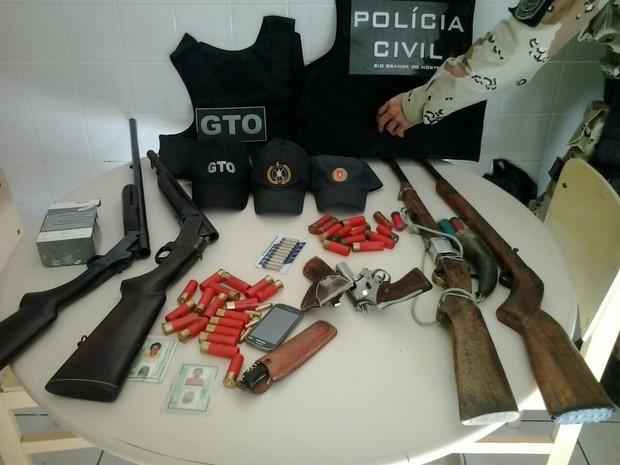 Polícia apreendeu armas e munições em fazenda no município de Marcelino Vieira, RN (Foto: Capitão Inácio Brilhante/Polícia Militar)