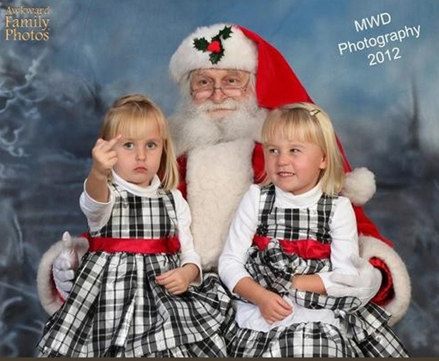 'Menina malvada' fez gesto obsceno na hora do clique natalino (Foto: Divulgação/Awkward Family Photos)