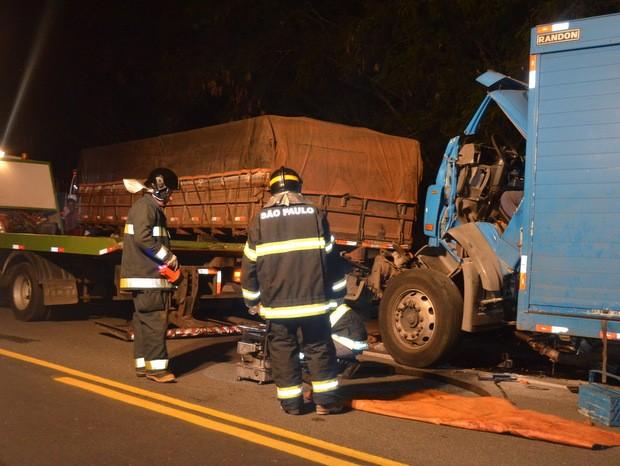 Caminhão colidiu em traseira de veículo e acidente interrompeu trânsito (Foto: Thomaz Fernandes/G1)