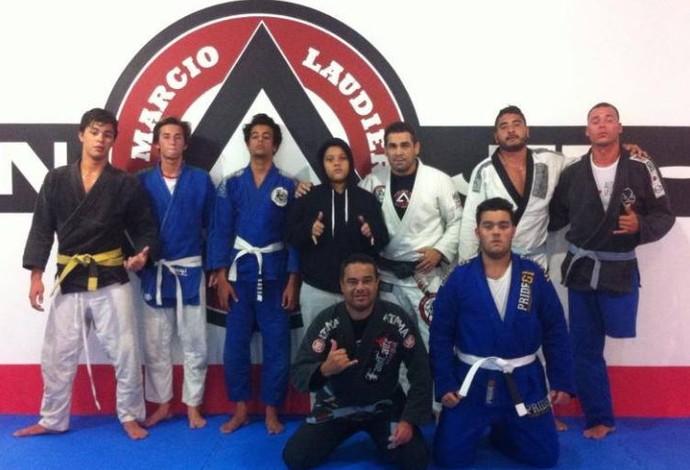 Descrição da imagem: Caio Ribeiro em treinamento de jiu-jítsu já após a perda da perna (Foto: Reprodução / Facebook)