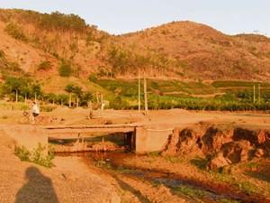 Rio Cinco de Novembro está secando no município de Santa Teresa  (Foto: Raquel Lopes/ A Gazeta)