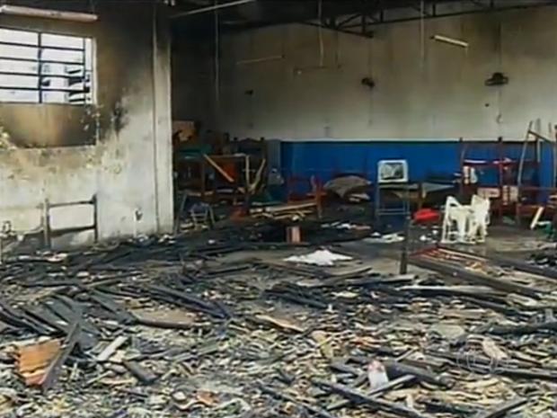 Alojamento dos presos do regime semiaberto foi destruído pelo fogo (Foto: Reprodução/TV Anhanguera)