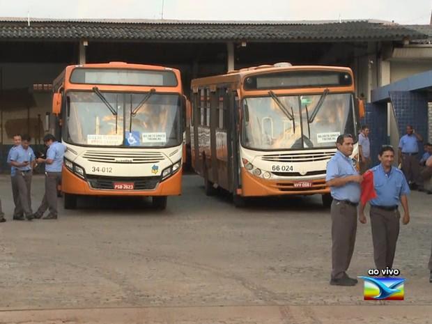 Nas garagens das grandes empresas, nenhum ônibus saiu (Foto: Reprodução / TV Mirante)