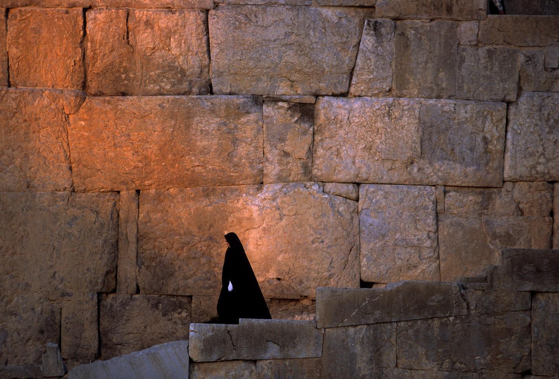 Mulher descendo a grande escadaria de Persépolis (FOTO: REPRODUÇÃO)