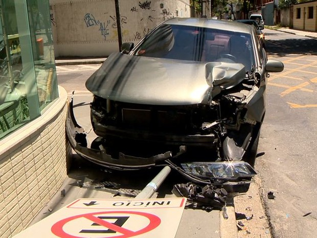 Carro bateu em ônibus em Jardim Camburi, Vitória (Foto: Reprodução/ TV Gazeta)