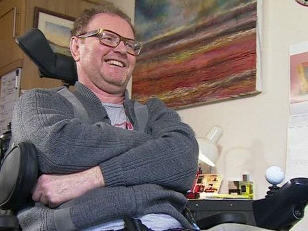 Damian recorre a profissionais do sexo há cerca de um ano  (Foto: BBC)