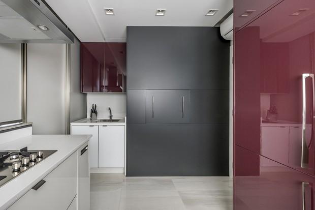 Cinza, rosa e vinho decoram primeiro apartamento de jovem casal (Foto: Divulgação)