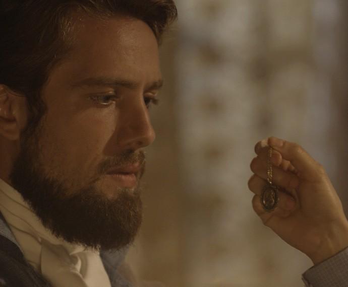 Felipe fica chocado ao ver a medalha de Berenice (Foto: TV Globo)