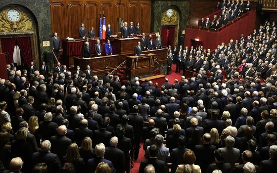 O presidente da França, François Hollande, em raro discurso no Palácio de Versailles para tanto a Câmara quanto Senado franceses, fala sobre as medidas após o ataque de Paris (Foto: Philippe Wojazer/AP)