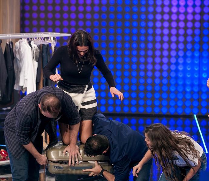 Bruna Marquezine se empenha na hora de fazer a mala (Foto: Isabella Pinheiro/Gshow)