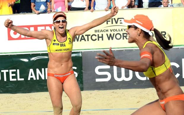Juliana e Larissa vôlei de praia na Polônia comemoração (Foto: Divulgação / FIVB)