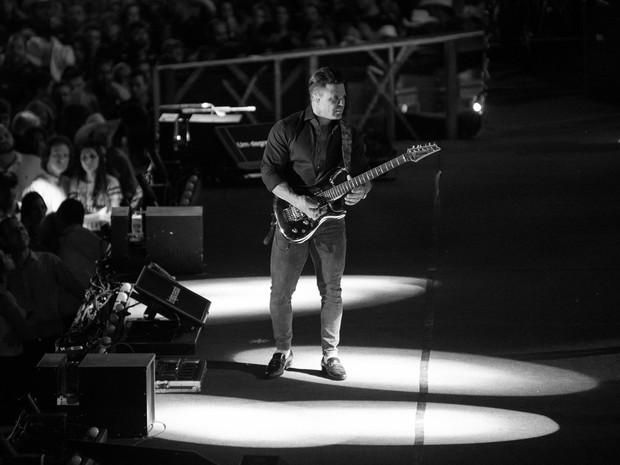 Eduardo Costa toca guitarra durante o show com o cantor Leonardo na Festa do Peão de Barretos, SP (Foto: Érico Andrade/G1)