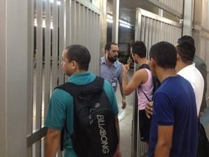 Funcionários orientam passageiros na Estação Sé da Linha Vermelha (Foto: Fabiana de Carvalho/G1)