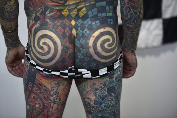 Matt Gone baixou a sunga para mostrar bumbum tatuado (Foto: Yuri Cortez/AFP)