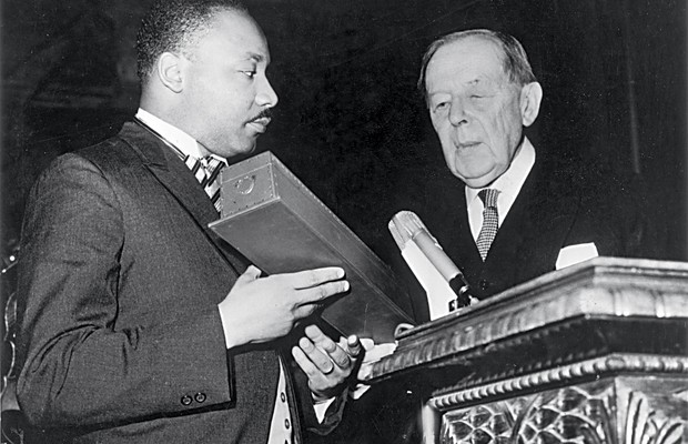 1964 Luther King recebe o Prêmio Nobel da Paz aos 35 anos. Sua luta pela igualdade de direitos tornara-se universal (Foto: Donald Uhrbrock/Time Life/Getty Images)