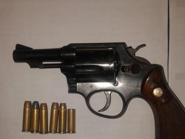 Arma apreendida com suspeito em Carapebus (Foto: PM/Divulgação)