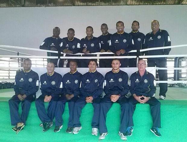 Antes da viagem para Cuba, Esquiva Falcão posa com a delegação da seleção brasileira de boxe (Foto: Divulgação/Thaís Penna)