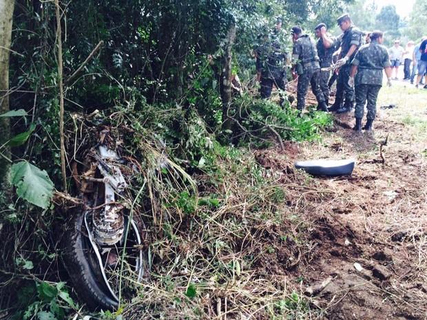 Moto que estava fora da pista foi atingida pelo caminhão (Foto: Altamir Oliveira/Rádio Estação FM)